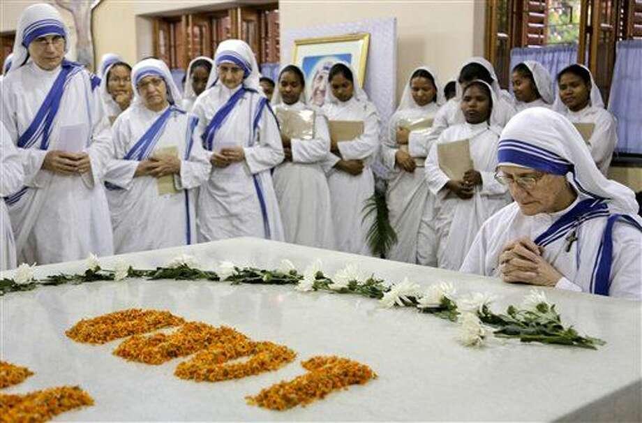 La hermana superior general Mary Prema, derecha, y otras monjas de las Misioneras de la Caridad, una orden fundada por la madre Teresa, se reúnen para una misa especial relacionada con la canonización de la madre Teresa a un lado de su sepulcro en Kolkata, India, el 15 de marzo de 2016. (Foto AP/Bikas Das) Photo: Bikas Das