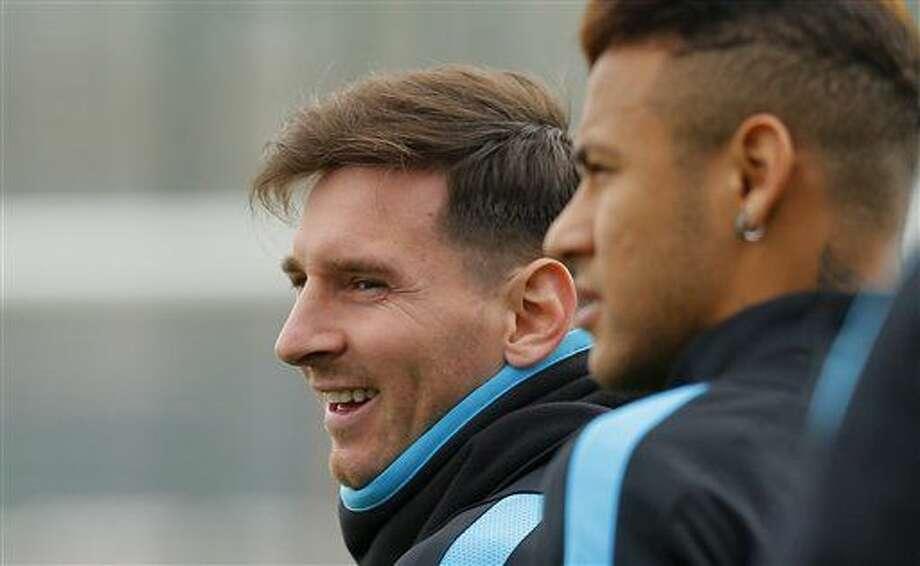 Los jugadores del Barcelona, Lionel Messi, izquierda, y Neymar, participan de un entrenamiento el martes, 15 de marzo de 2016, en San Joan Despi, España. (AP Photo/Manu Fernandez) Photo: Manu Fernandez