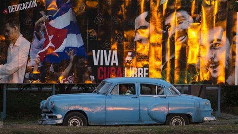 Un taxista en un automóvil estadounidense clásico recorre una calle de La Habana, Cuba, el lunes 14 de marzo de 2016. El presidente Barack Obama visitará Cuba el 20 de marzo. (Foto AP/Desmond Boylan) Photo: Desmond Boylan