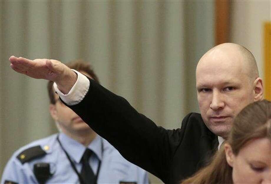 Anders Behring Breivik hace el saludo nazi al entrar en el tribunal en Skien, Noruega el martes 15 de marzo del 2016. (Lise Aserud, NTB scanpix via AP) NORWAY OUT Photo: Lise Aserud