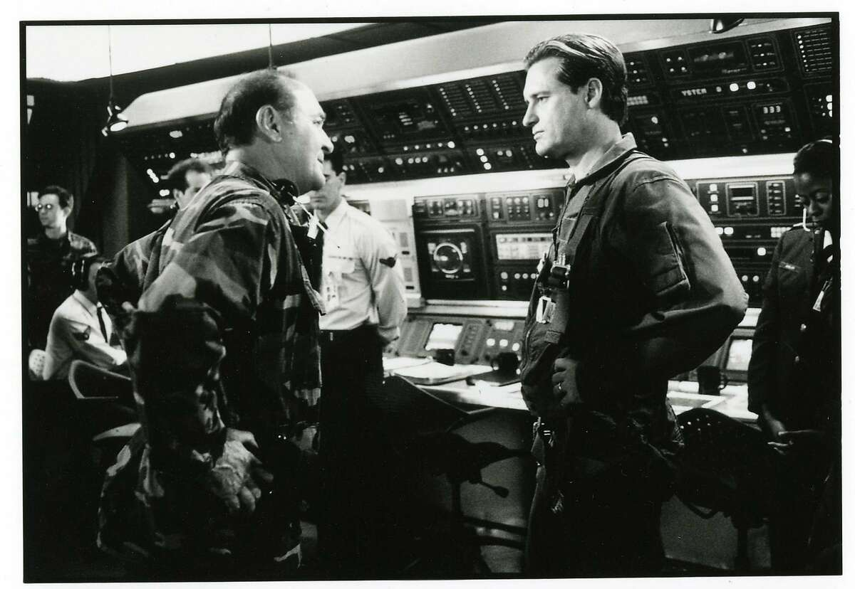 Independence Day - Robert Loggia is General Grey and Bill Pullman is President Whitmore in INDEPENDENCE DAY.
