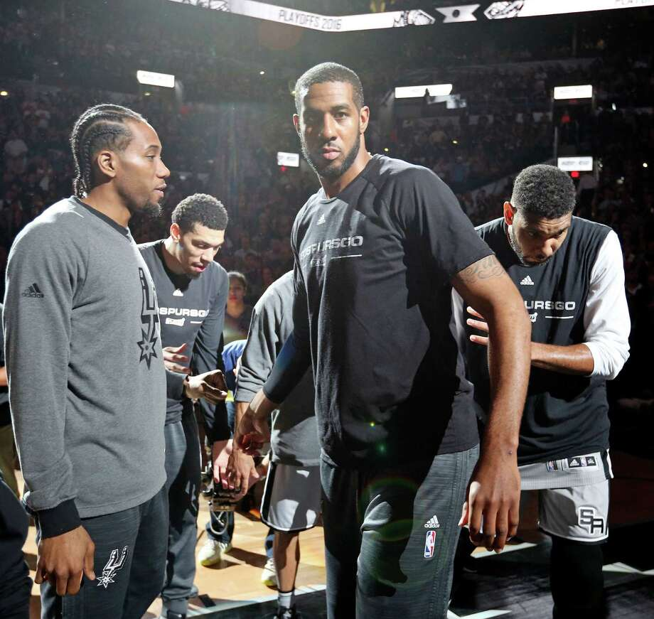 San Antonio Spurs' Kawhi Leonard (from left), Danny Green, Tony Parker, LaMarcus Aldridge, and Tim Duncan huddle before Game 1 in the first round of the Western Conference playoffs against the Memphis Grizzlies Sunday April 17, 2016 at the AT&T Center. Photo: Edward A. Ornelas /San Antonio Express-News / © 2016 San Antonio Express-News