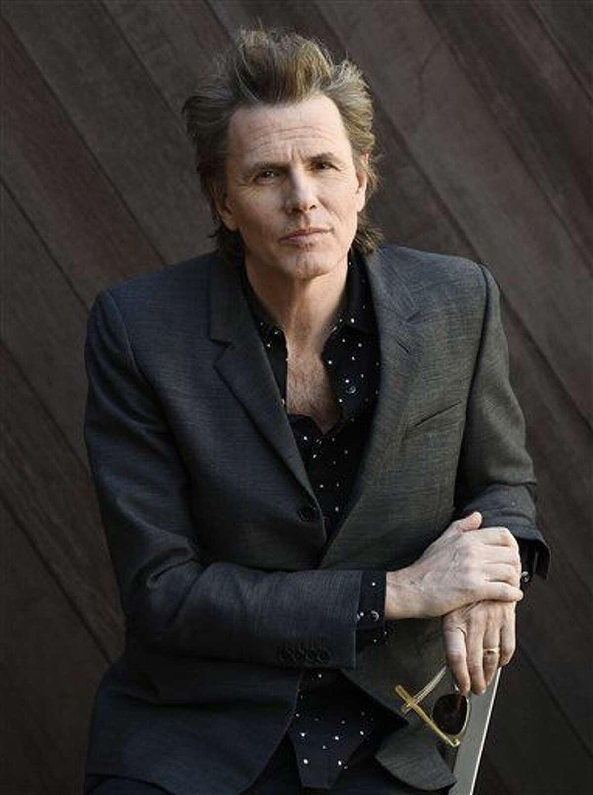 """En esta foto del 9 de febrero del 2016, John Taylor, bajista de la banda Duran Duran, posa para un retrato en las oficinas de Warner Bros. Records en Burbank, California. Taylor promocionaba la próxima gira de Duran Duran, """"Paper Gods Tour"""", que comienza el viernes 25 de marzo del 2016. (Foto por Chris Pizzello/Invision/AP)"""