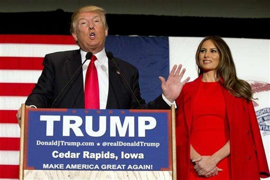 """ARCHIVO - En esta foto de archivo del 1 de febrero de 2016, el precandidato presidencial republicano Donald Trump, acompañado de su esposa, Melania Trump, hace declaraciones durante un acto de campaña en Cedar Rapidz, Iowa. El viernes 25 de marzo 2016, Ted Cruz acusó a Trump de difundir rumores falsos sobre su vida personal, y afirmó que el multimillonario y favorito para ganar la candidatura presidencial republicana es una persona que trafica con """"la inmoralidad"""" y la """"deshonestidad"""". (AP Foto/Mary Altaffer, Archivo) Photo: Mary Altaffer"""