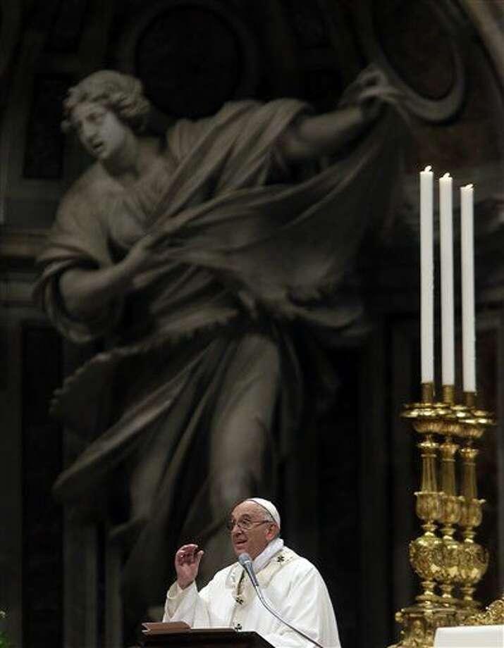 El papa Francisco pronuncia la homilía en la vigilia pascual dentro de la Basílica de San Pedro, en el Vaticano, el sábado 26 de marzo de 2016. (Foto AP/Gregorio Borgia) Photo: Gregorio Borgia