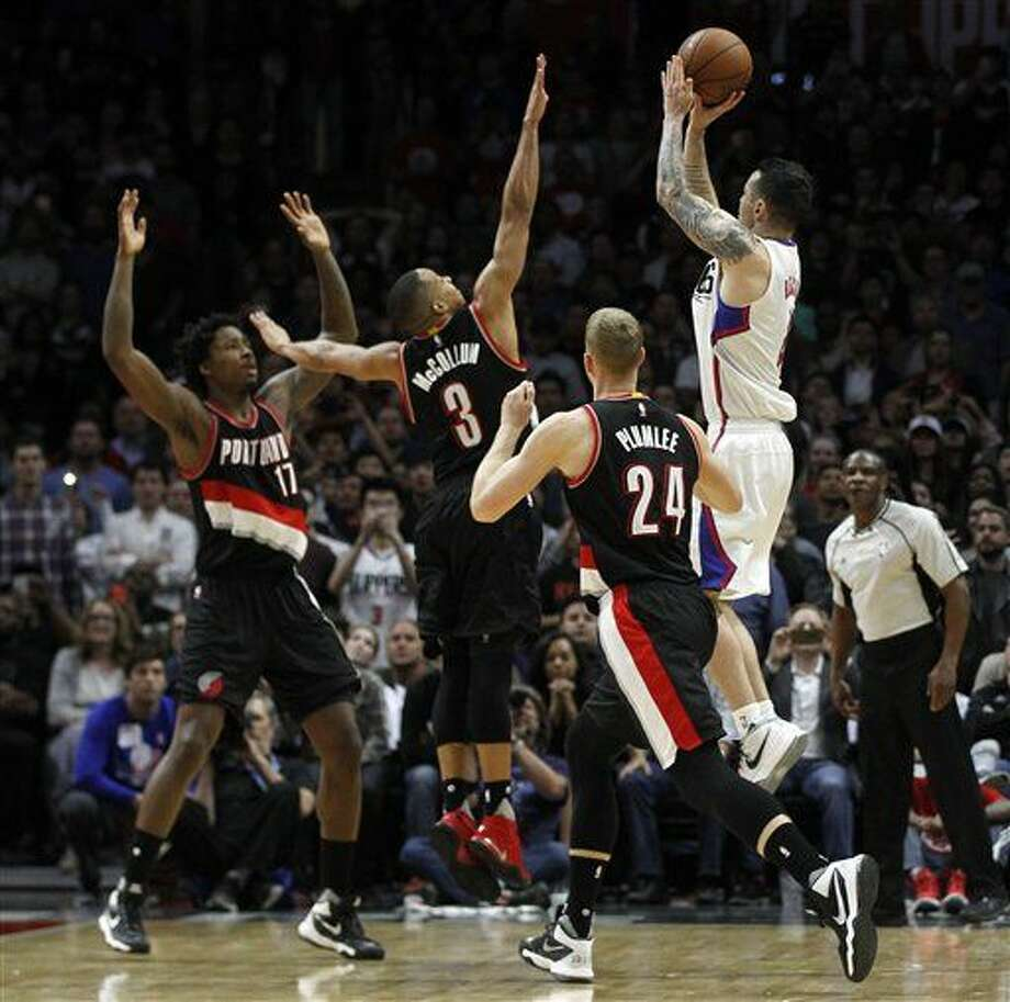 El jugador de los Clippers, J.J. Redick, derecha, mete el tiro de la victoria ante los Trail Blazers el jueves, 24 de marzo de 2016, en Los Angeles. (AP Photo/Alex Gallardo) Photo: Alex Gallardo