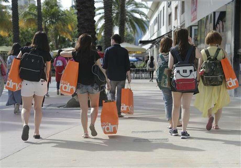 En esta foto del 3 de febrero de 2016, turistas taiiwanesas con bolsas de compras caminan por una zona peatonal de Miami Beach, Florida. La economía estadounidense registró un crecimiento levemente mayor que lo calculado en el cuatro trimestre, impulsada por el gasto de consumo, que a la vez podría darle mayor impulso en el actual período ener-marzo, informó el Departamento de Comercio el viernes 25 de marzo de 2016. (AP Foto/Lynne Sladky) Photo: Lynne Sladky