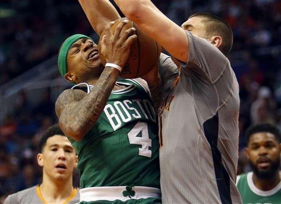 Isaiah Thomas, escolta de los Celtics de Boston, recibe una falta de Alex Len, de los Suns de Phoenix, durante el encuentro llevado a cabo el sábado 26 de marzo de 2016 (AP Foto/Rick Scuteri) Photo: Rick Scuteri