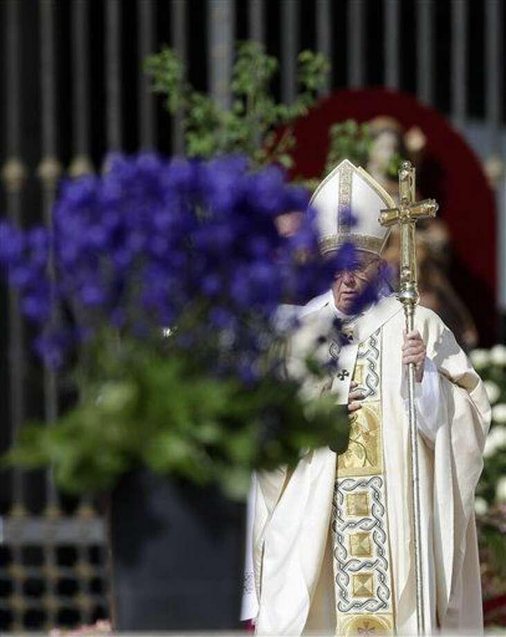 El papa Francisco llega a la Plaza de San Pedro para oficiar la misa de Semana Santa el 27 de marzo del 2016. (AP Photo/Gregorio Borgia) Photo: Gregorio Borgia