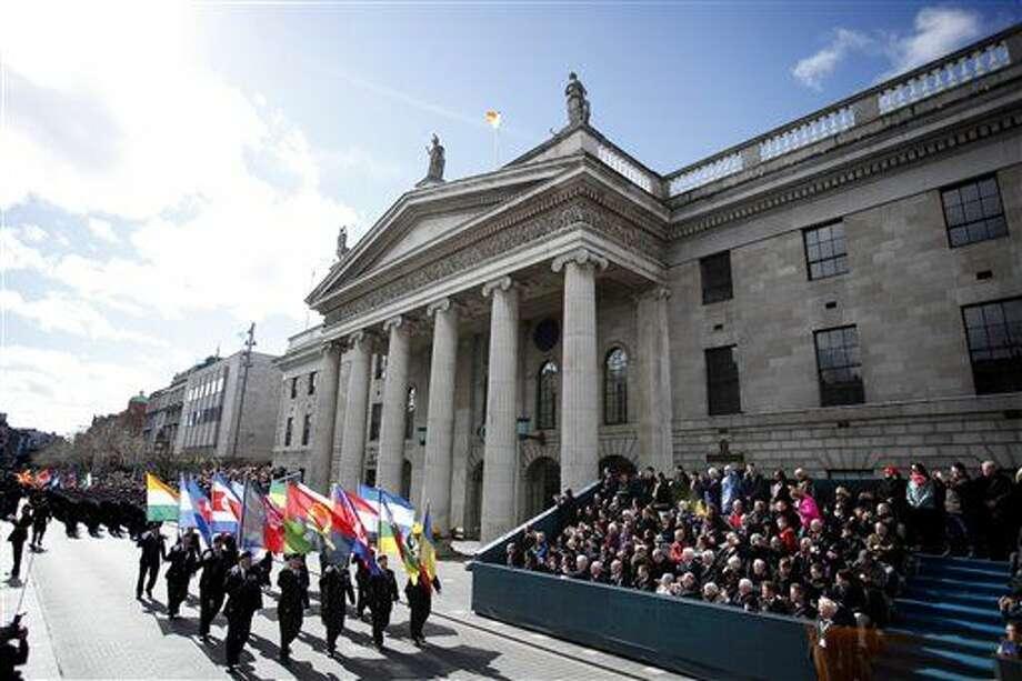 Miles de soldados marchan solemnemente por las calles de Dublín, Irlanda, el domingo 27 de marzo de 2016, para conmemorar el centenario del alzamiento de Irlanda contra el dominio británico. (Foto AP/Peter Morrison) Photo: Peter Morrison
