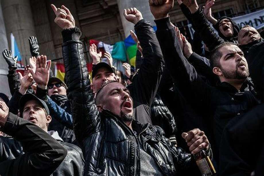 Manifestantes de extrema derecha protestan en la Place de la Bourse, en Bruselas, donde hay una ofrenda en memoria de las personas que fallecieron en los dos atentados de hace unos días cometidos por extremistas islámicos, en Bélgica el 27 de marzo de 2016. (Foto AP/Valentin Bianchi) Photo: Valentin Bianchi