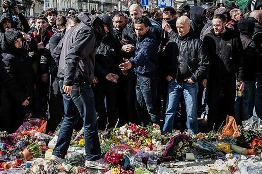 Manifestantes de extrema derecha protestan en la Place de la Bourse, en Bruselas, donde hay una ofrenda en memoria de las personas que fallecieron en los dos atentados de hace unos días cometidos por extremistas islámicos, en Bélgica el 27 de marzo de 2016. (Foto AP/Valentin Bianchi)