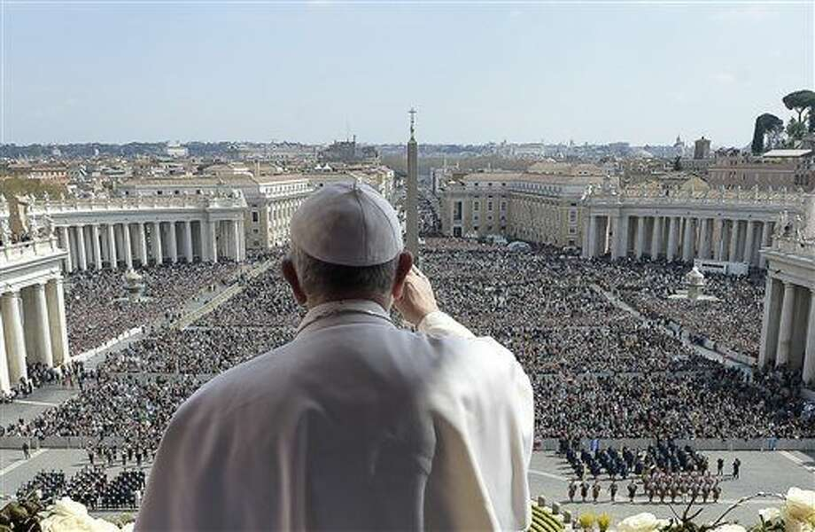 El papa Francisco pronuncia su mensaje Urbi et Orbi (a la ciudad y al mundo) en la misa de Pascua, en la Plaza de San Pedro, en el Vaticano el domingo 27 de marzo de 2016. (Foto L'Osservatore Romano/vía AP)