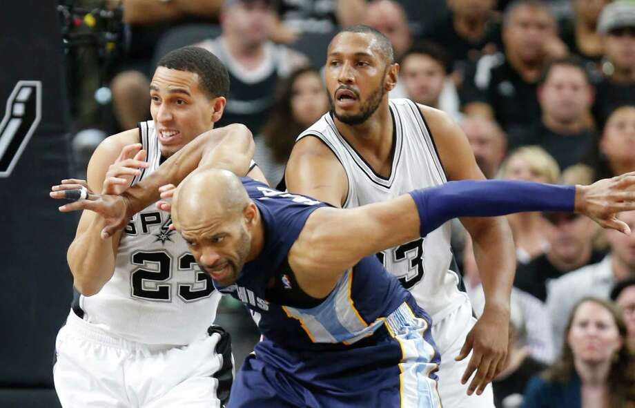 Vince Carter of the Memphis Grizzlies battles Kevin Martin (left) of the San Antonio Spurs for position during Game 2 of the Western Conference quarterfinals during the 2016 NBA playoffs at AT&T Center on April 19, 2016 in San Antonio. Photo: Ronald Cortes /Getty Images / 2016 Getty Images