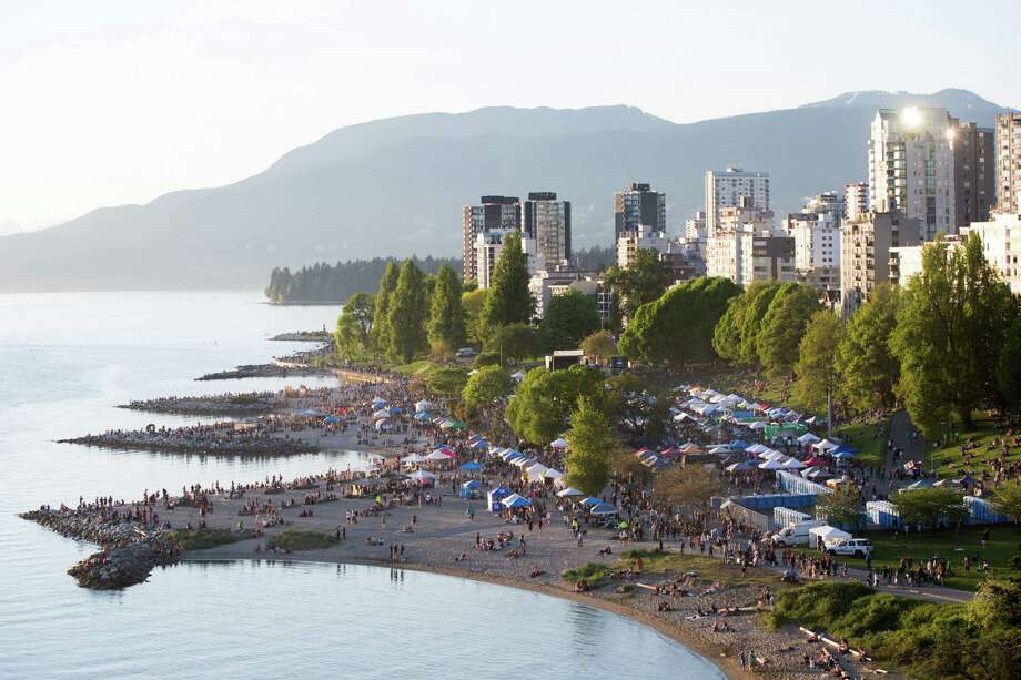 Thousands spread out over Sunset Beach as 420 Vancouver begins to simmer down, in Vancouver, B.C. on Wednesday, April 20, 2016. Photo: GRANT HINDSLEY, SEATTLEPI.COM / SEATTLEPI.COM
