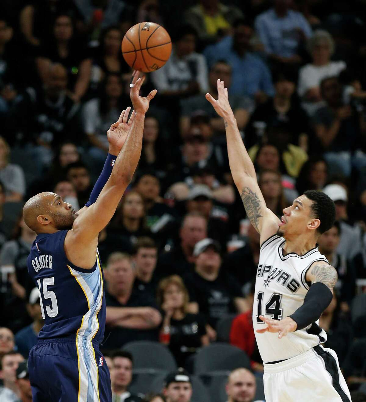 Spurs' Danny Green (14) attempts to block a shot by Memphis Grizzlies' Vince Carter (15) at the AT&T Center in Game 2 of the first round of Western Conference playoffs on Tuesday, Apr. 19, 2016. (Kin Man Hui/San Antonio Express-News)
