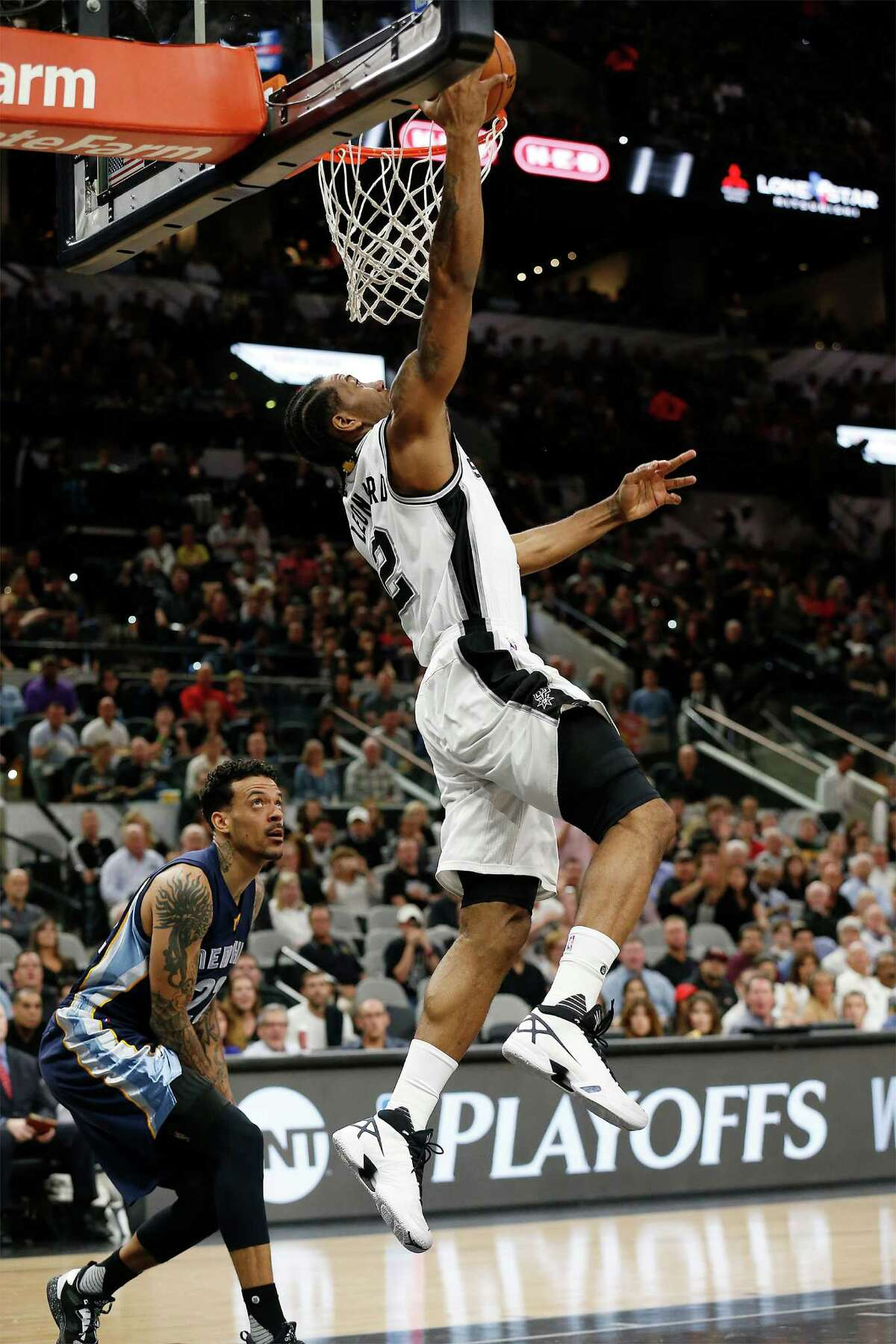 Spurs' Kawhi Leonard (02) goes for a dunk against Memphis Grizzlies' Matt Barnes (22) at the AT&T Center in Game 2 of the first round of Western Conference playoffs on Tuesday, Apr. 19, 2016. (Kin Man Hui/San Antonio Express-News)