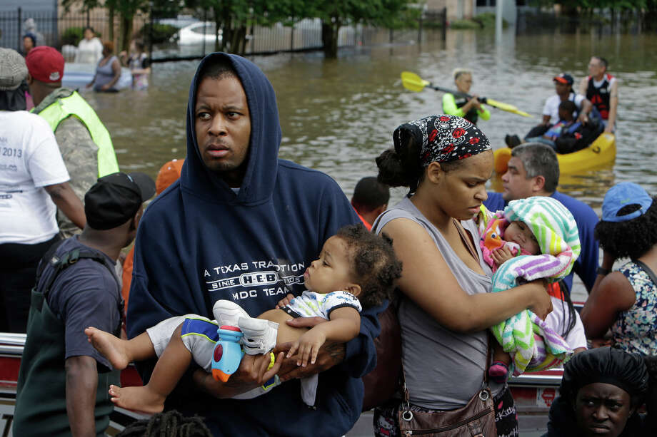People evacuate from Arbor Court Apartments in Greenspoint on Monday, April 18. (For more photos of Greenspoint flooding, scroll through the gallery.) Photo: Melissa Phillip, Houston Chronicle / © 2016 Houston Chronicle