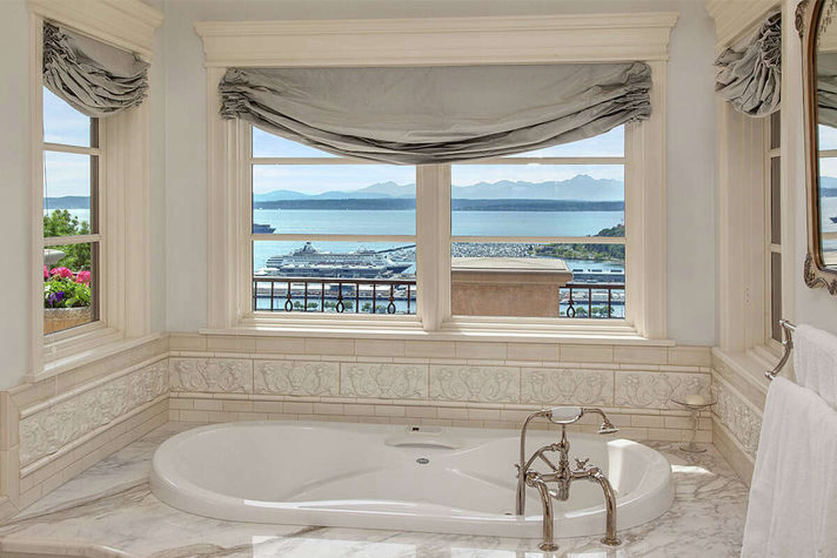 This week we venture to a home on Queen Anne Hill. If views are important, then this house will fill the bill and then some. There's even a view from the tub. The complete listing ishere,