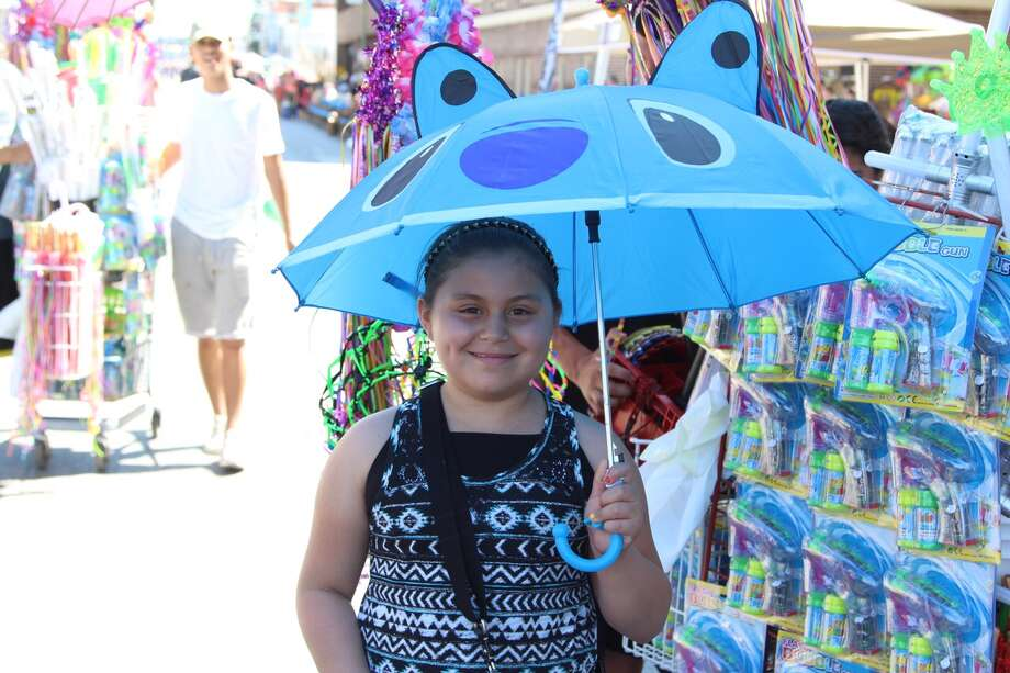 Parade goers get ready for the start of the Battle of Flowers parade Friday, April 22, 2016. Photo: By Tyler White, San Antonio Express-News