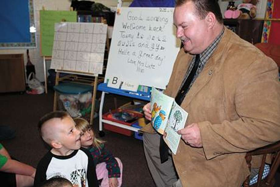 State Rep. Terry Brown (D-Pigeon) reads to kindergartners.