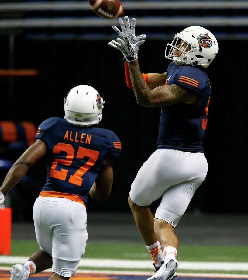Wide receiver Dannon Cavil (09) makes a catch during a drill at the UTSA Spring Game at the Alamodome on Saturday, Apr. 23, 2016. (Kin Man Hui/San Antonio Express-News) Photo: Kin Man Hui, Staff / San Antonio Express-News / ©2016 San Antonio Express-News