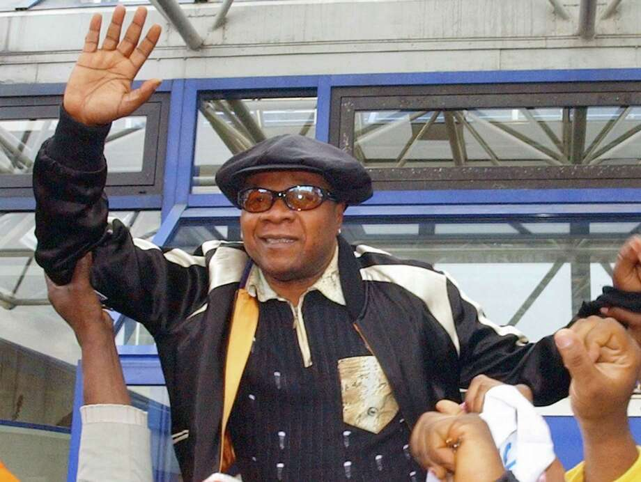 """FILE - In this file photo dated Tuesday, Nov. 17, 2004, Congolese pop star Papa Wemba is hoisted by supporters as he leaves the courthouse in Bobigny near Paris Tuesday, Nov. 17, 2004.  Wemba, known around the world as """"the king of Congolese rumba,"""" died aged 66, on Saturday April 23, 2016, following his collapse on stage during a concert in Ivory Coast. (AP Photo/Remy de la Mauviniere, FILE) ORG XMIT: LON104 Photo: REMY DE LA MAUVINIERE / AP"""