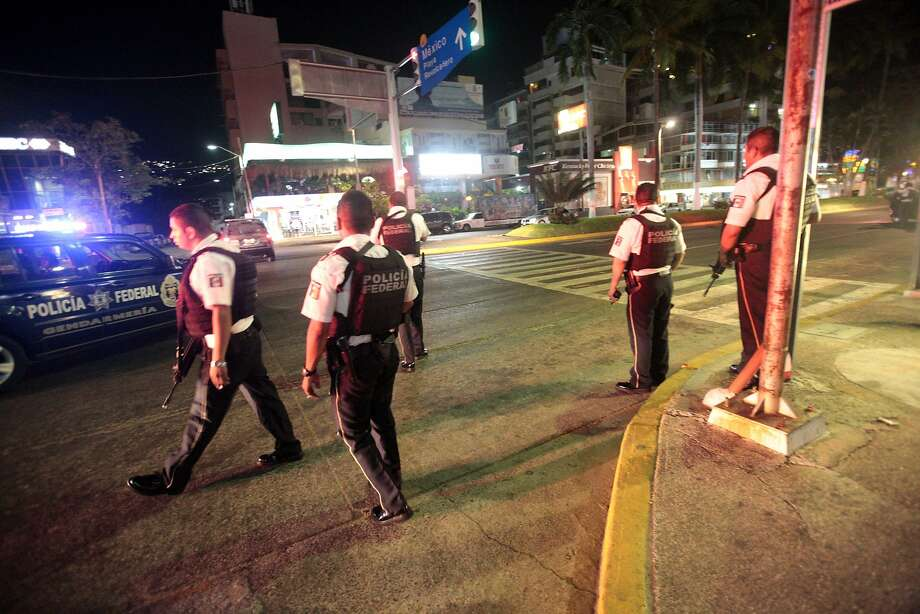 Police secure a tourist area in Acapulco after gunmen attacked a hotel where federal police stay. Photo: PEDRO PARDO, AFP/Getty Images