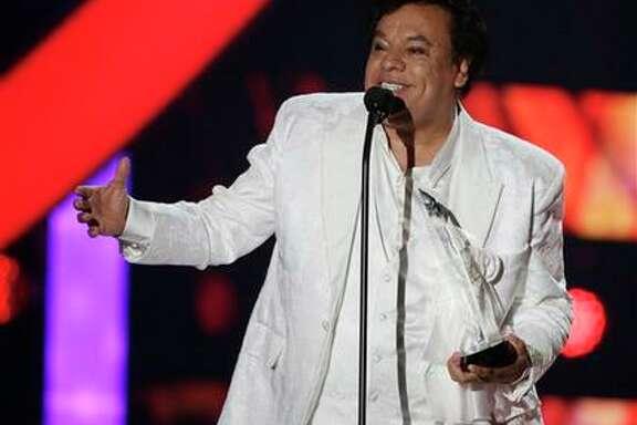 Juan Gabriel recibe el Premio a la Estrella en la ceremonia de los Premios Billboard a la Música Latina, el jueves 28 de abril del 2016 en Coral Gables, Florida. (AP Foto/Wilfredo Lee)