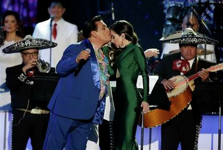 Juan Gabriel le da un beso a Paty Cantú durante su actuación en la ceremonia de los Premios Billboard a la Música Latina, el jueves 28 de abril del 2016 en Coral Gables, Florida. (AP Foto/Wilfredo Lee)