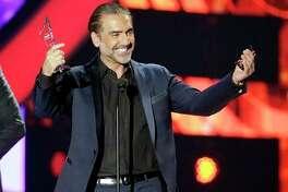 Alejandro Fernandez recibe el Premio Salón de la Fama en la ceremonia de los Premios Billboard de la Música Latina el jueves 28 de abril del 2016 en Coral Gables, Florida. (AP Foto/Wilfredo Lee)