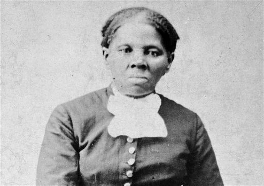 Imagen proporcionada por la Biblioteca del Congreso muestra a Harriet Tubman, entre 1860 y 1875. Un funcionario del Tesoro de Estados Unidos dijo el miércoles 20 de abril de 2016 que el secretario Jacob Lew decidió colocar la imagen de Tubman en el billete de 20 dólares, convirtiéndola en la primera mujer que aperece en un papel moneda en el país en 100 años. (H.B. Lindsley/Biblioteca del Congreso vía AP) Photo: H.B. Lindsley, HONS / AP / Library of Congress