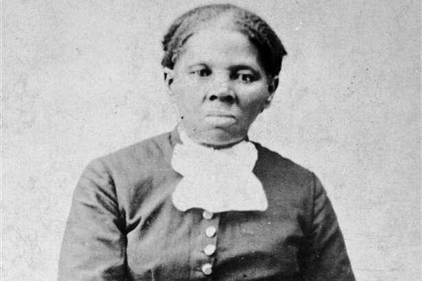 Imagen proporcionada por la Biblioteca del Congreso muestra a Harriet Tubman, entre 1860 y 1875. Un funcionario del Tesoro de Estados Unidos dijo el miércoles 20 de abril de 2016 que el secretario Jacob Lew decidió colocar la imagen de Tubman en el billete de 20 dólares, convirtiéndola en la primera mujer que aperece en un papel moneda en el país en 100 años. (H.B. Lindsley/Biblioteca del Congreso vía AP)