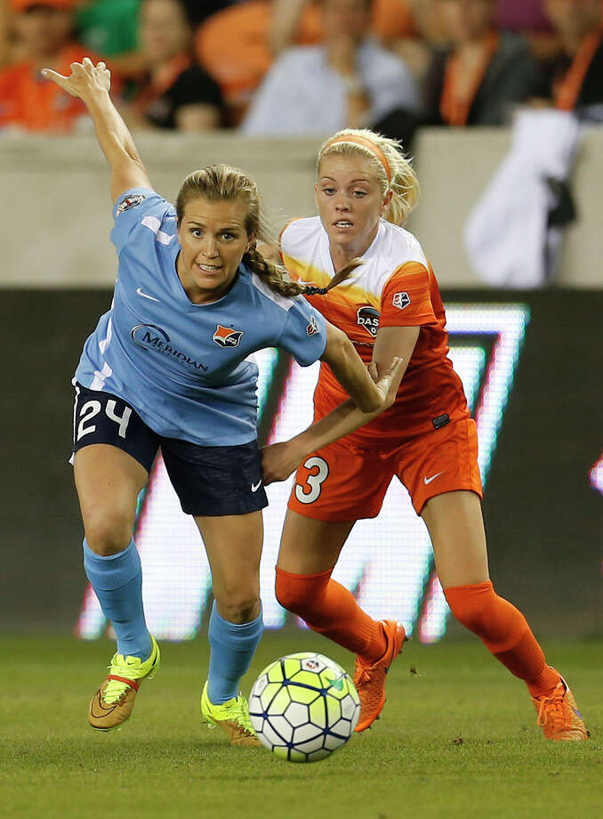 Sky Blue FC midfielder Kelly Conheeney (24) battles against Houston Dash Denise O'Sullivan (13) during the second half of a National Women's Soccer League game at BBVA Compass Stadium, Friday, April 29, 2016, in Houston. Photo: Karen Warren, Houston Chronicle / © 2016 Houston Chronicle