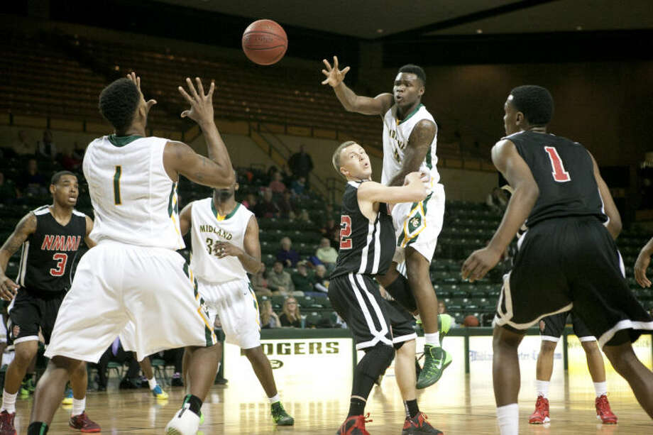 Midland College's Domonique Bull (4) passes to teammate Demetric Austin (1) during the game against New Mexico Military Institute on Thursday at Chaparral Center. James Durbin/Reporter-Telegram Photo: JAMES DURBIN