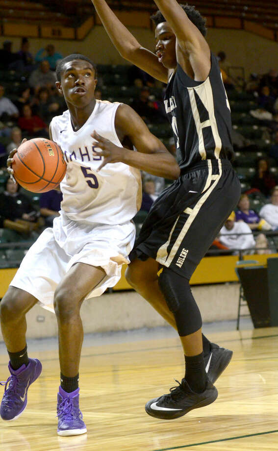Midland High's Gary Ringo (5) takes the ball to the hoop against Abilene High on Friday, Jan. 16, 2015 at Chaparral Center. James Durbin/Reporter-Telegram Photo: James Durbin