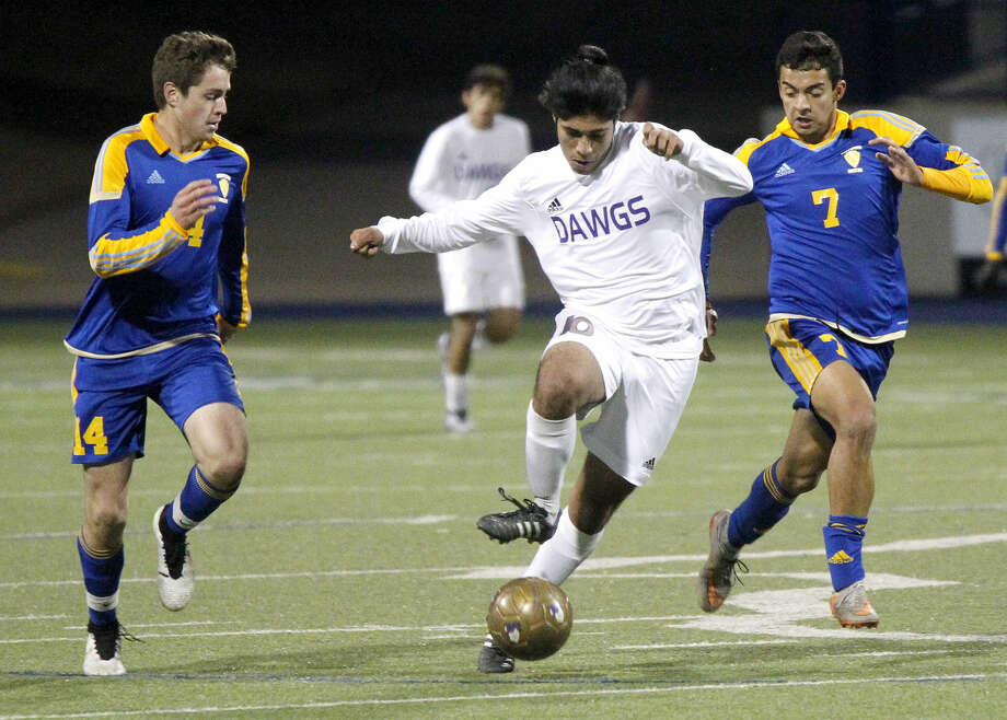 Midland High midfield Allen Aguilar (10) moves the ball against El Paso Eastwood on Saturday, Jan. 16, 2016, at Grande Communications Stadium. James Durbin/Reporter-Telegram Photo: James Durbin