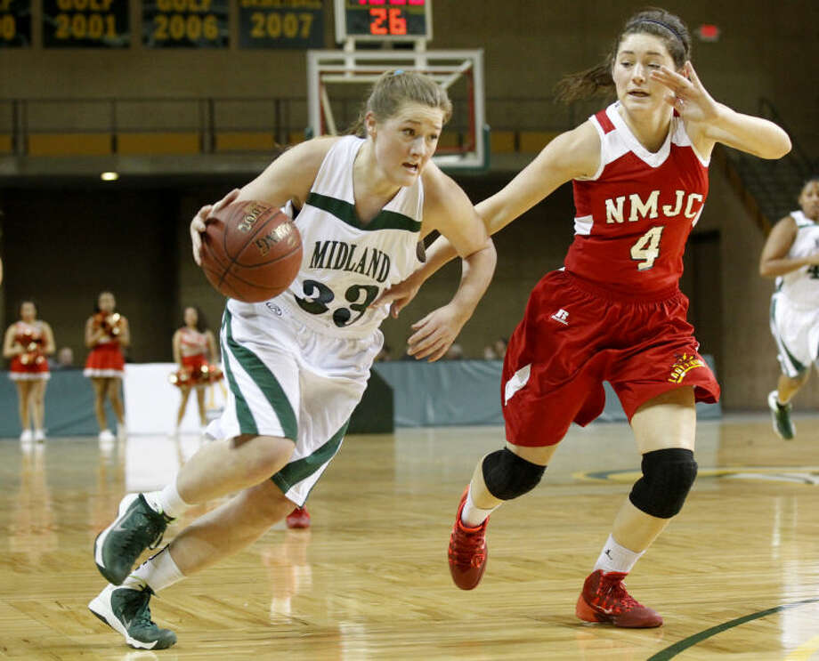 Midland College's Ellyn Avery (33) dribbles to the hoop against New Mexico's Blair Richmond (4) on Thursday at Chaparral Center. James Durbin/Reporter-Telegram Photo: JAMES DURBIN