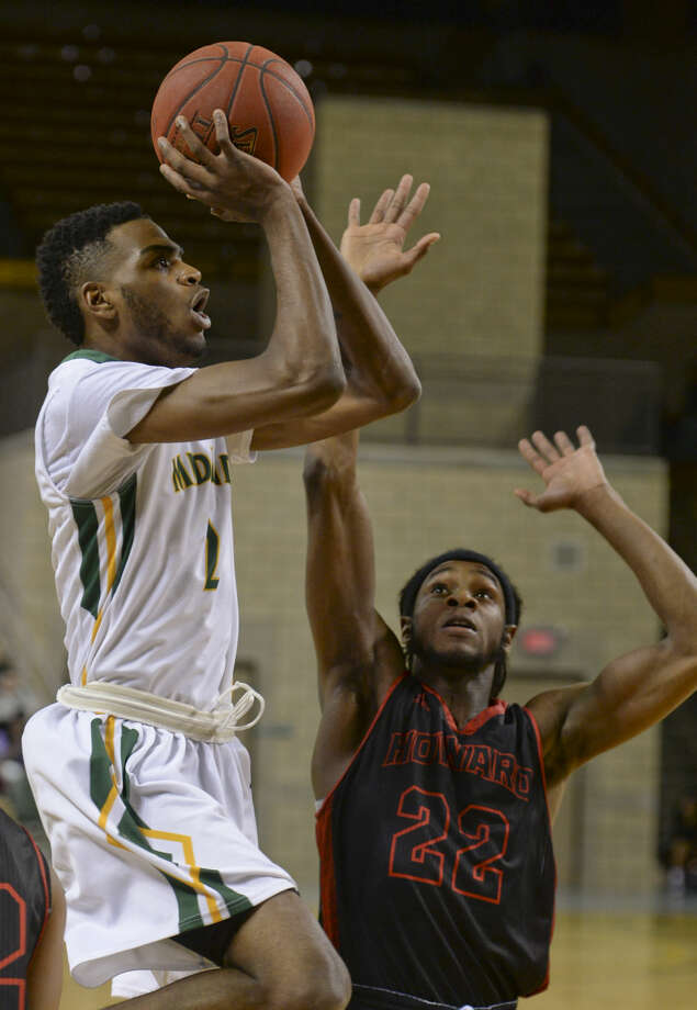 Midland College's Jachai Simmons drives to the basket as Howard's Shaquille Preston defends Monday 02-08-16 at the Chaparral Center. Tim Fischer/Reporter-Telegram Photo: Tim Fischer
