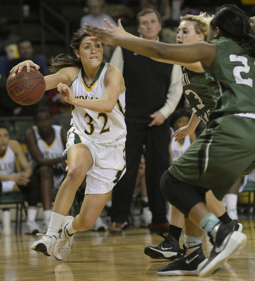 Midland College's Kayla Bretherton (32) moves the ball against Western Texas College's Brittany Thompson (21) and Jocelyn Jeffrey (23) on Thursday, Feb. 11, 2016, at Chaparral Center. James Durbin/Reporter-Telegram Photo: James Durbin