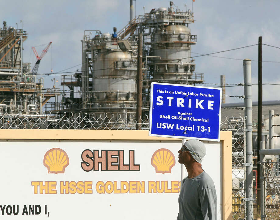 A striking United Steelworker Union member picketing outside the the Shell Deer Park Refinery Sunday, Feb. 1, 2015, in Deer Park. ( James Nielsen / Houston Chronicle ) Photo: James Nielsen
