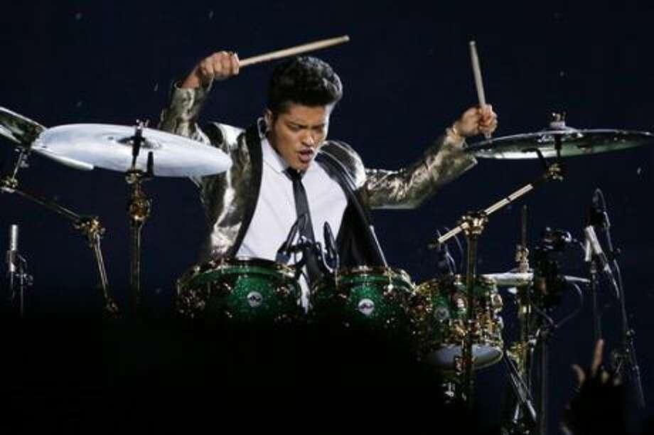 Bruno Mars durante su actaución en el Super Bowl, el domingo 2 de febrero del 2014 en East Rutherford, Nueva Jersey. (AP Foto/Mark Humphrey) Photo: Mark Humphrey
