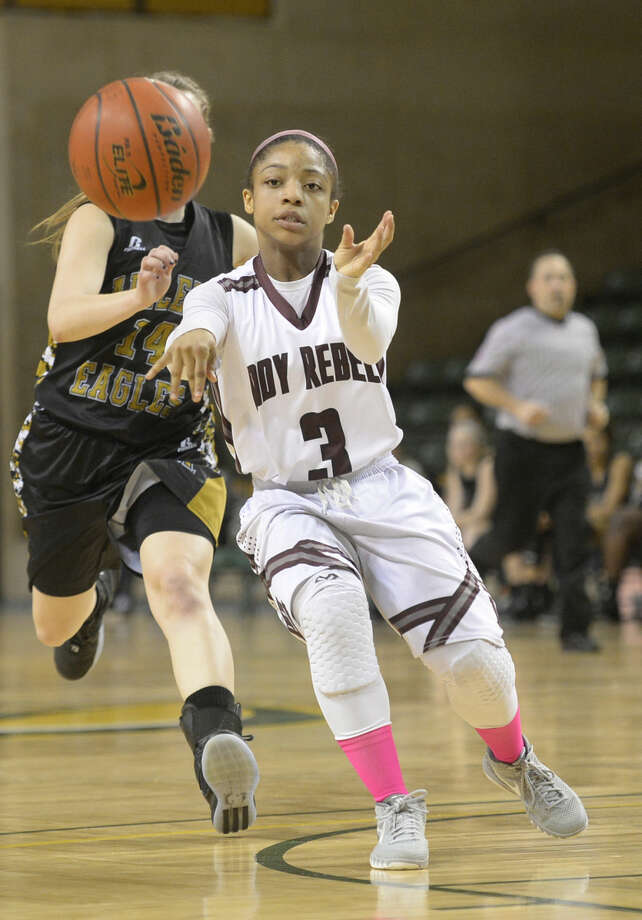 Lee's Alaysha Green (3) passes against Abilene on Friday, Feb. 5, 2016, at Chaparral Center. James Durbin/Reporter-Telegram Photo: James Durbin
