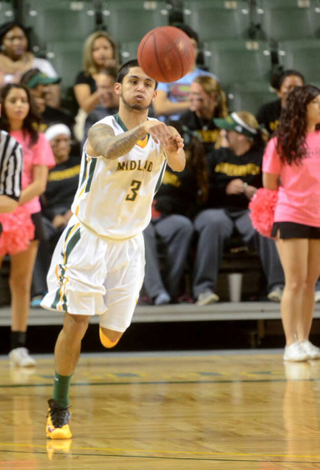 Midland College's Daniel Hernandez (3) passes down the court against Western Texas on Thursday at Chaparral Center. James Durbin/Reporter-Telegram Photo: JAMES DURBIN