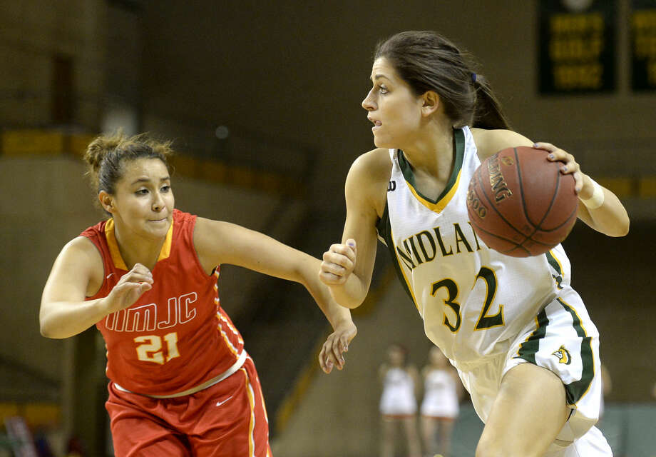 Midland College's Kayla Bretherton (32) moves the ball against New Mexico Junior College's Ashley Perez (21) on Thursday, Feb. 18, 2016, at Chaparral Center. James Durbin/Reporter-Telegram Photo: James Durbin