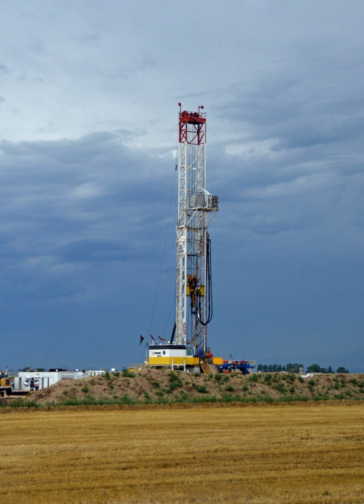 Tall drilling rigs are a common scene in Weld County, Colo., north of Denver, as companies such as Anadarko Petroleum Corp., Encana Corp., and Noble Energy Inc. extract oil from the Niobrara shale formation. (Jennifer A. Dlouhy / The Houston Chronicle)