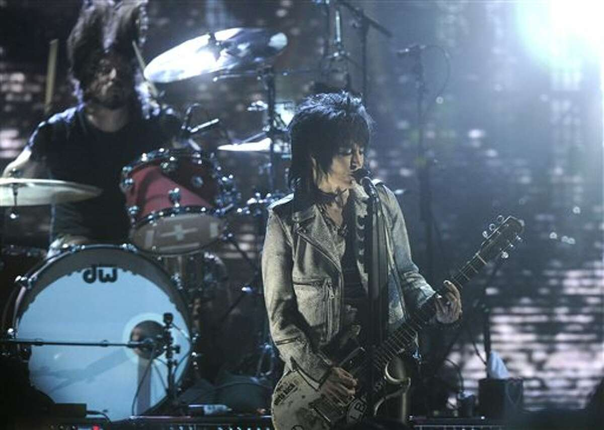 Hall of Fame Inductee Dave Grohl and Joan Jett perform at the 2014 Rock and Roll Hall of Fame Induction Ceremony on Thursday, April, 10, 2014 in New York. (Photo by Charles Sykes/Invision/AP)
