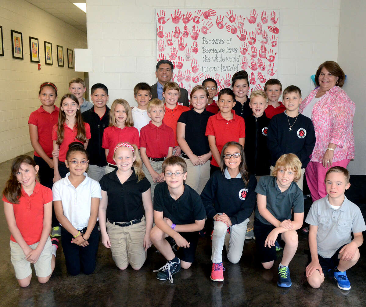 Midland Mayor Jerry Morales takes a group photo with 4th Grade students in Lesley Stigall's class Tuesday, May 19, 2015. James Durbin/Reporter-Telegram