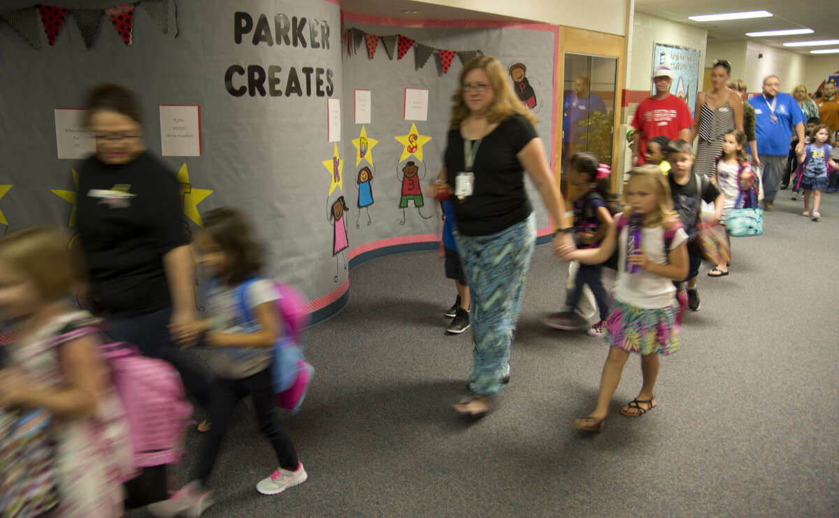 Parents and students make their way into Parker Elementary Wednesday 8-26-2015 morning for the first day of classes. Tim Fischer\Reporter-Telegram