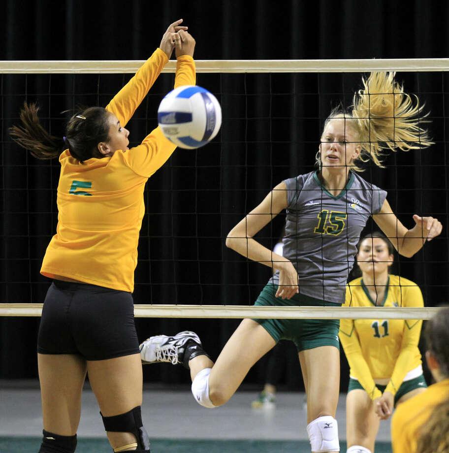 Midland College's Anne-Mari Kaur hits against Laredo's Stephanie Perez on Saturday at Chaparral Center. James Durbin/Reporter-Telegram Photo: James Durbin